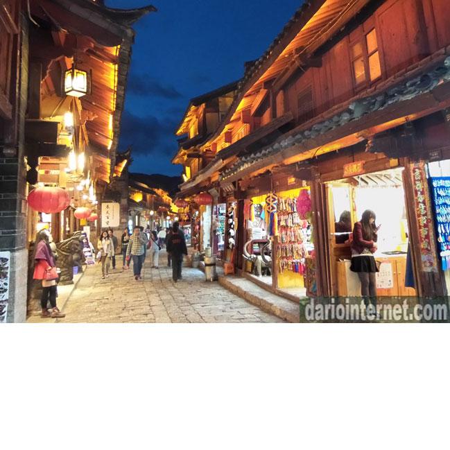 lijiang china at night number 2.   中国旅行
